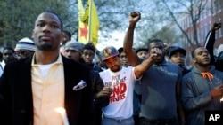 4月21日,巴尔的摩的抗议者在西区警察分局外集会抗议。