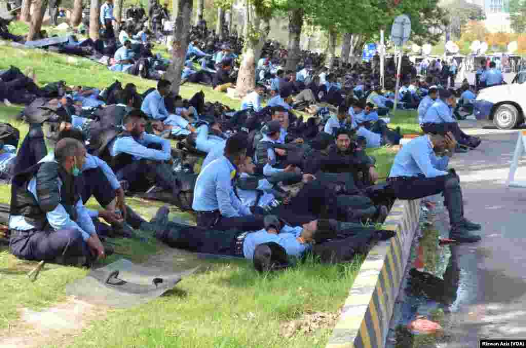 وزیر داخلہ کے حکم پر کسی بھی اہلکار کو آتشیں اسلحہ فراہم نہیں کیا گیا۔