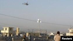 Máy bay trực thăng của NATO bay trên bầu trời Jalalabad ở Afghanistan, 2/12/2012