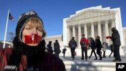 Учасница акции против легализации абортов, сторонница «права на жизнь» под стенами Верховного Суда. Вашингтон, округ Колумбия. 22 января 2013 года