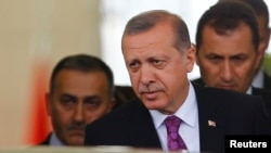 레제프 타이이프 에르도안 터키 대통령(가운데)이 8일 터키 앙카라 공항에 도착했다.