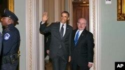 12일 미국 의회를 방문한 바락 오바마 대통령이 카메라를 향해 손을 흔들고 있다.