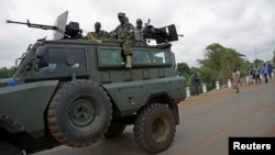Uganda People's Defence Forces (UPDF) soldiers ride on their armored personnel carrier (APC) enroute to evacuate their citizens following recent fighting in Juba at Nimule town along the South Sudan and Uganda border, July 14, 2016.