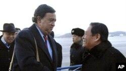 理查森16日在平壤機場與北韓外交部官員握手(朝中社)