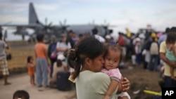 Amerikan nakliye uçaklarıyla tahliye için bekleyen Filipinli kazazedeler