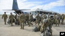 En esta foto provista por la Fuerza Aérea de EE.UU., elementos de la policía militar y del batallón de ingeniería llegan al Fuerte Ruley, en Kansas, el 1 de noviembre de 2018.