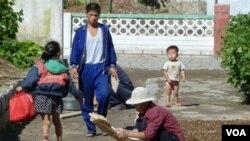 Warga Korea Utara sedang mengeringkan hasil panen di depan rumah mereka di Pyongyang (foto: dok).