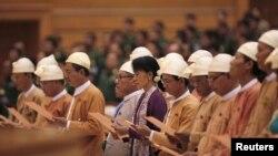 Suasana pengambilan sumpah jabatan pemimpin pro-demokrasi Burma Aung San Suu Kyi (tengah) dan anggota parlemen Burma dari Liga Nasional Demokrasi di majelis rendah parlemen di Naypyitaw (2/5).