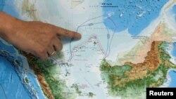印尼一名负责海洋事务的官员在雅加达向记者们指出印尼北部纳吐纳群岛的位置。(2017年7月14日)