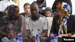 Đại sứ Mỹ tại LHQ Samantha Power gặp gỡ những người sống sót sau khi nhiễm Ebola Fanta Oulen Camara, 24 tuổi, (trái) và Tiến sĩ Oulare Bakary, 30 (giữa) tại Conakry, Guinea ngày 26 tháng 10, 2014.