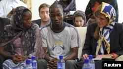 La embajadora Samantha Powers conversa con sobrevivientes de ébola en Conakry, Guinea.