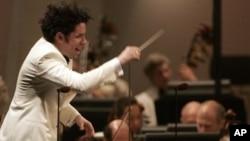 Dudamel es director musical y artístico de la Orquesta Filarmónica de Los Ángeles y de la Orquesta Sinfónica Simón Bolívar.