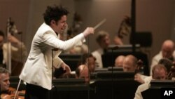 Dudamel es actualmente el director musical de la Filarmónica de Los Ángeles, así como de la Orquesta Sinfónica de Gotemburgo y de la Orquesta Sinfónica de la Juventud Venezolana Simón Bolívar.