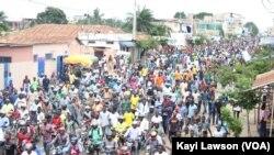 Des milliers de Togolais étaient dans les rues, à Lomé, le 6 septembre 2017. (VOA/Kayi Lawson)