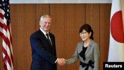 Menteri Pertahanan Jim Mattis (kiri) berjabat tangan dengan Menteri Pertahanan Jepang Tomomi Inada dalam pertemuan di Tokyo (4/2). (Reuters/Franck Robichon)