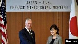 Menteri Pertahanan Amerika, Jim Mattis (kiri) berjabat tangan dengan Menhan Jepang Tomomi Inada di kantor Kementerian Pertahanan Jepang di Tokyo, Jepang, 4 Februari 2017 (REUTERS/Franck Robichon/Pool )