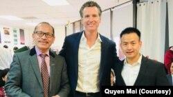 Mai Quyền (phải) được Thống đốc bang California Gavin Newsom (giữa) ân xá cho bản án năm 2005 và đang giúp đỡ những người Việt khác đối mặt trục xuất có cơ hội ân xá như anh. (Photo courtesy of Mai Quyen)