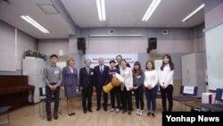지난 13일 요하임 빌헬름 가욱 독일연방 대통령(왼쪽 네번째)이 탈북 청소년들을 위한 대안학교인 여명학교를 방문했다. 사진출처 = 여명학교 페이스북 페이지.