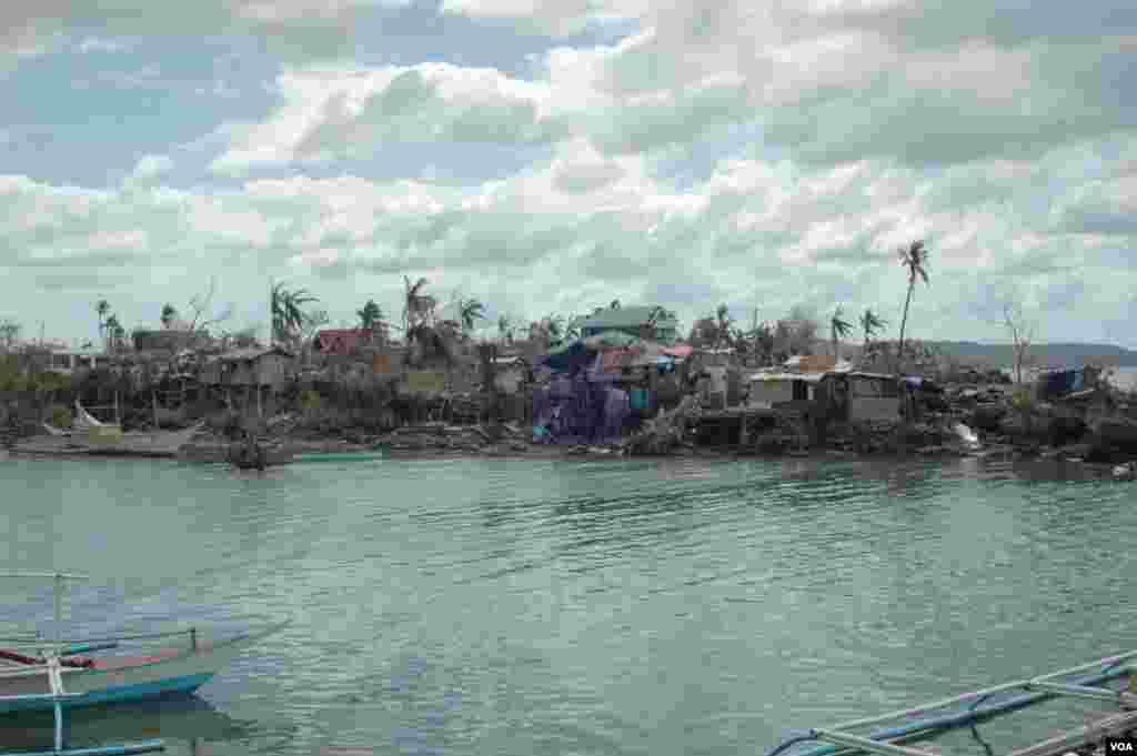 A view of the damage in Cebu, Philippines, Nov. 15, 2013. (Steve Herman/VOA)