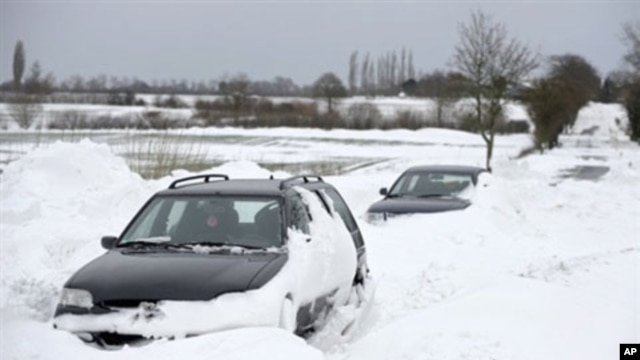Cars are stuck in drifting snow near the northern German town of Soehlen, 10 Jan 2010