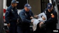 Privođenje osoba umešanih u državni udar krajem prošle godine (Foto: Reuters/Stevo Vasiljević)