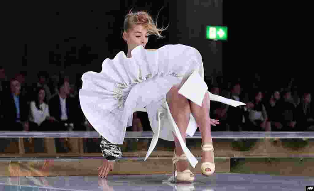 در حاشیه شوی مد هفته استرالیا در سیدنی، این دختر چندان خوش شانس نبود و روی صحنه، زمین خورد.