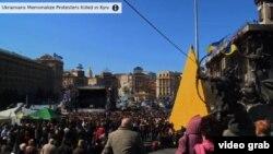 Hàng ngàn người dân Ukraine tụ tập tại quảng trường trung tâm thủ đô Kyiv để vinh danh những người biểu tình đã bị thiệt mạng trong các cuộc xô xát với cảnh sát