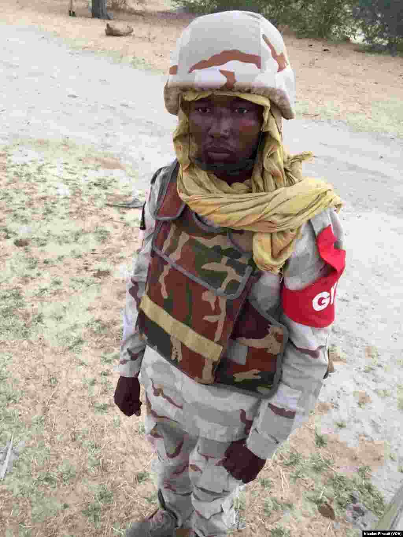 Un soldat nigérien monte la garde près de Diffa, le 29 février 2016. (VOA/Nicolas Pinault)