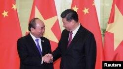 Chủ tịch nước Việt Nam Nguyễn Xuân Phúc và Chủ tịch Trung Quốc Tập Cận Bình, trong bức ảnh chụp ngày 25/9/2019 tại Bắc Kinh, vừa có cuộc điện đàm trong đó ông Tập kêu gọi phát triển hơn nữa mối quan hệ đối tác chiến lược toàn diện giữa hai nước.