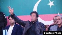 عمران خان پریس کانفرنس میں گفتگو کر رہے ہیں۔ 29 نومبر 2017