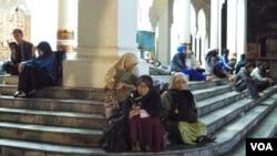 Meski sudah diperbolehkan pulang oleh BMKG, pascagempa warga Aceh masih bertahan mengungsi (11/4).