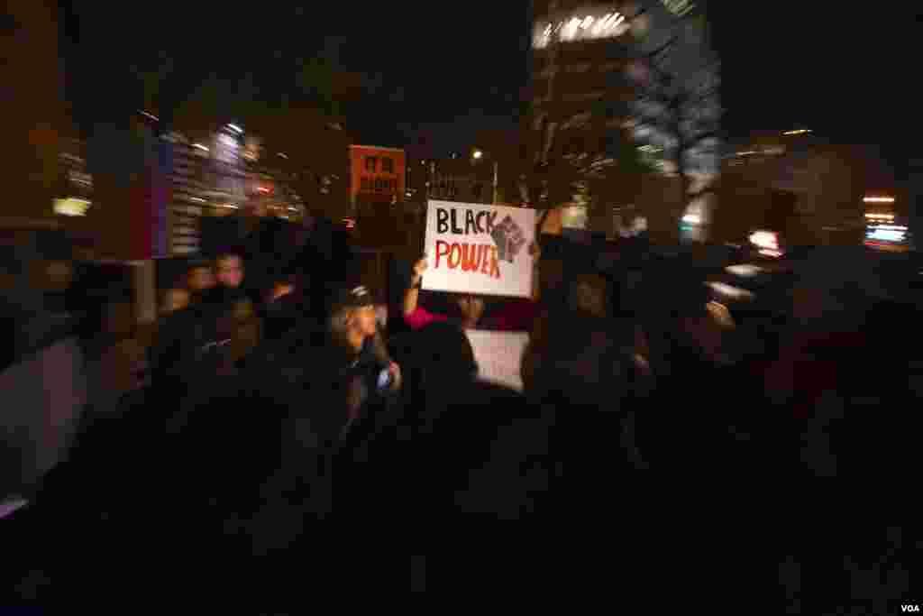 Manifestantes protestaram em Washington DC na noite de Terça-feira, 25, em solidariedade com a comunidade de Ferguson, após a decisão do Grande Júri de não acusar o polícia que atirou mortalmente em Michael Brown, um jovem negro de 18 anos. Nov. 2014