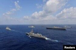 미국과 일본, 필리핀, 인도 해군이 지난달 일 남중국해에서 합동훈련을 실시했다.