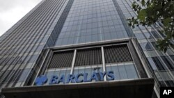 Markas besar Bank Barclays di Canary Wharf, London. Polisi Inggris menangkap delapan orang terkait pencurian di bank itu lewat internet.