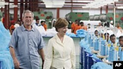 美國前總統布殊和夫人勞拉2008年2月18日在坦桑尼亞推動防治致病項目