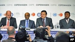 Sweden's PM Fredrik Reinfeldt (L), European Commission chief Jose Manuel Barroso (2ndR), Ethiopia's PM Meles Zenawi and AU Commission Chairperson Jean Ping (R) give a news conference in Copenhagen, 16 Dec 2009