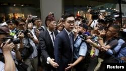 香港民族黨召集人陳浩天在香港外國記者會演講後離開時被媒體記者包圍。 (2018年8月14日)