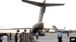 인도 뉴델리 공항에서 25일 네팔로 향하는 비행기에 구호물품을 싣고 있다.