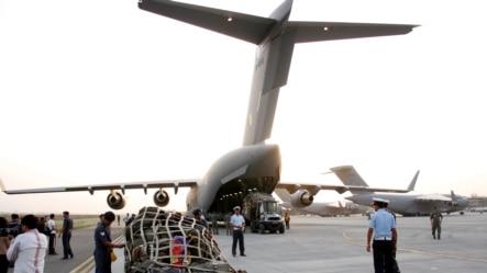 2015年4月25日救援物资从印度新德里运往尼泊尔。