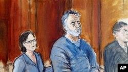 Manssor Arbabsiar (tengah) didampingi pengacaranya di pengadilan federal Manhattan, New York (30/5). Mantan salesman mobil bekas dari Corpus Christi, Texas, ini divonis 25 tahun penjara atas plot pembunuhan Dubes Arab Saudi untuk Amerika.