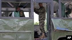 2일 아프가니스탄 카불에서 군용 버스가 자살폭탄 공격을 받아 공군 장교 8명이 숨졌다.