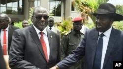 南苏丹总统基尔(右)与第一副总统马查尔(左)握手(2016年4月29日)