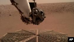 ໃນວັນທີ 7 ທັນວາ 2018 ອົງການ NASA ສະແດງໃຫ້ເຫັນວ່າ ແຂນທີ່ມີກ້ອງຖ່າຍຮູບເດ່ອອກມາຈາກຍານ InSight ທີ່ລົງຈອດ ເທິງດາວອັງຄານ. ຍານອະວະກາດລຳນີ້ ໄດ້ໄປເຖິງດາວພະເຄາະດັ່ງກ່າວ ໃນວັນທີ 26 ພະຈິກ, 2018.