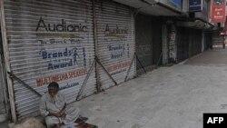 Toko-toko di Karachi Pakistan tutup setelah terjadinya kekerasan dan pembunuhan yang menewaskan sedikitnya 14 orang (31/3).