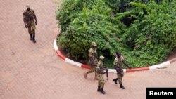 Des éléments du Régiment de sécurité présidentielle patrouillent devant l'hôtel Laico à Ouagadougou, Burkina Faso, 20 septembre 2015.