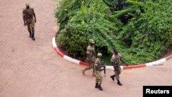Pasukan pengawal Presiden (RSP) Burkina Faso berada di komplek Laico Hotel di ibukota Ouagadougou (20/9). RSP meminta jaminan keamanan sebelum menyerahkan senjata.