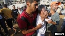 在加沙地带南部,巴勒斯坦人搜寻被埋在废墟下的亲人。