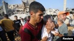 在加沙地帶南部,巴勒斯坦人搜尋被埋在廢墟下的親人。