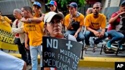 """Un manifestante tiene un cartel: """"No más muertes por falta de medicamentos"""" durante una protesta en Caracas, Venezuela, jueves 17 de noviembre de 2016. Los miembros de la oposición venezolana marcharon para exigir que las autoridades atendieran la crisis de salud. La escasez de medicamentos, suministros médicos y servicios están causando muertes evitables en Venezuela."""