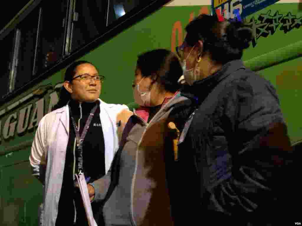 Durante el día, miembros del gobierno, al igual que entidades internacionales, estuvieron presentes como parte del proceso de asistencia para los venezolanos que viajaban en autobuses. (Foto: Celia Mendoza/VOA)